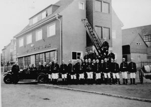 Angehörige der Feuerwehr Rositz vor dem neuen Gerätehaus 1936