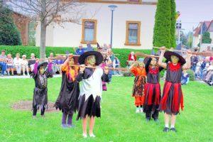 Aerobikmädchen beim Walpurgisfest