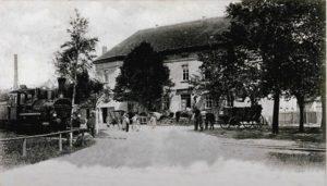 Molbitz, Dampflok vor dem Gasthof