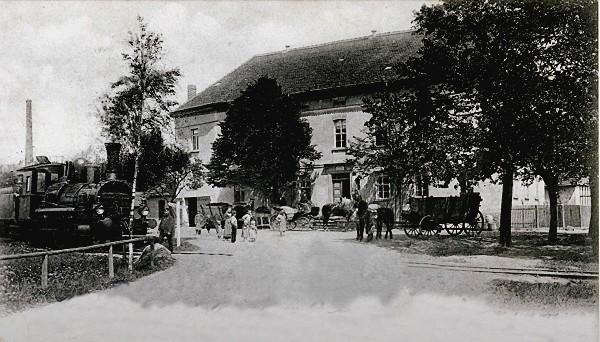 Dampflok vor dem Gasthof in Molbitz