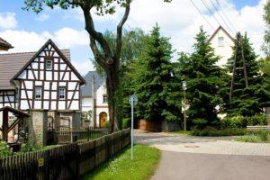 Dorfplatz mit Denkmal